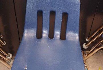 Una silla rota se convierte en símbolo de la crisis en la educación
