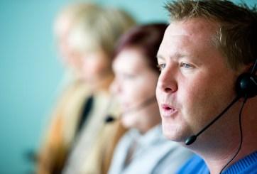 personas llamando por telefono telemarketing