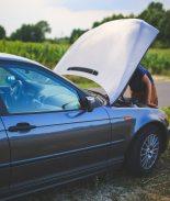Madre ebria chocó y puso a sus hijos a empujar el carro