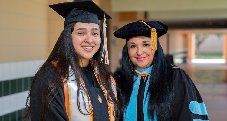 Inspirador: Madre e hija se gradúan de la universidad al mismo tiempo
