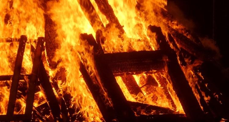 Fuego destruye hogares