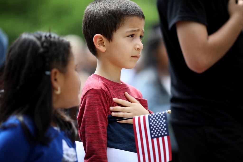 niños recitan juramento
