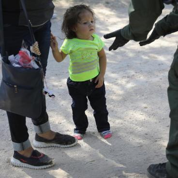 Niña inmigrante en la frontera
