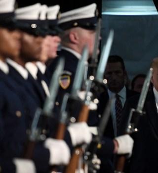 Saludo militar y Donald Trump