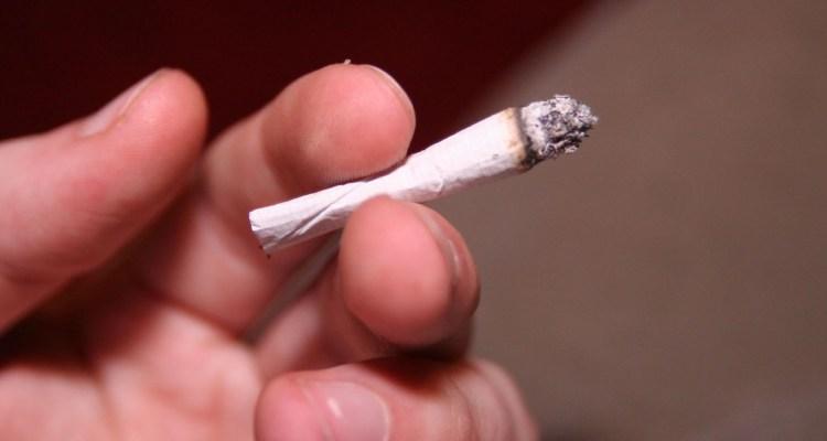 No se podrá fumar a menos de 25 pies de cualquier vivienda.