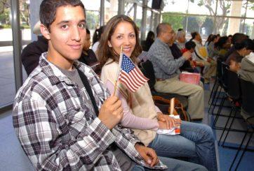 Cumplen el sueño de ser ciudadanos estadounidenses 135 migrantes