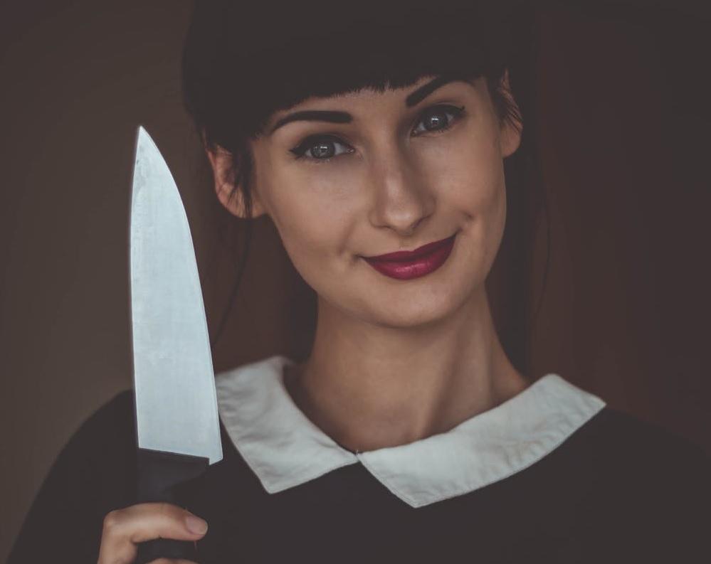 mujer con cuchillo