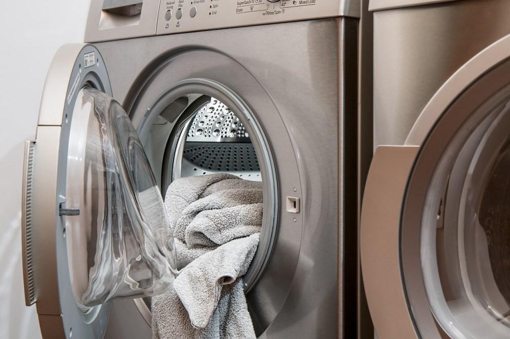 Niña queda atrapada en lavadora