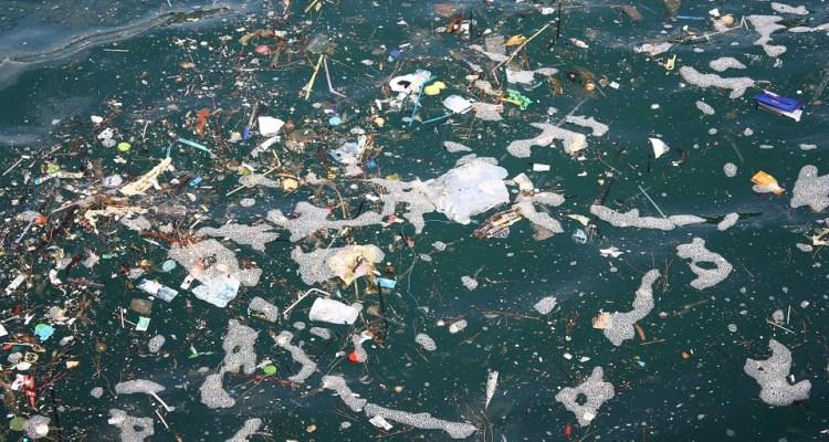 FOTO: La tubería flotante que recogerá la basura en el océano