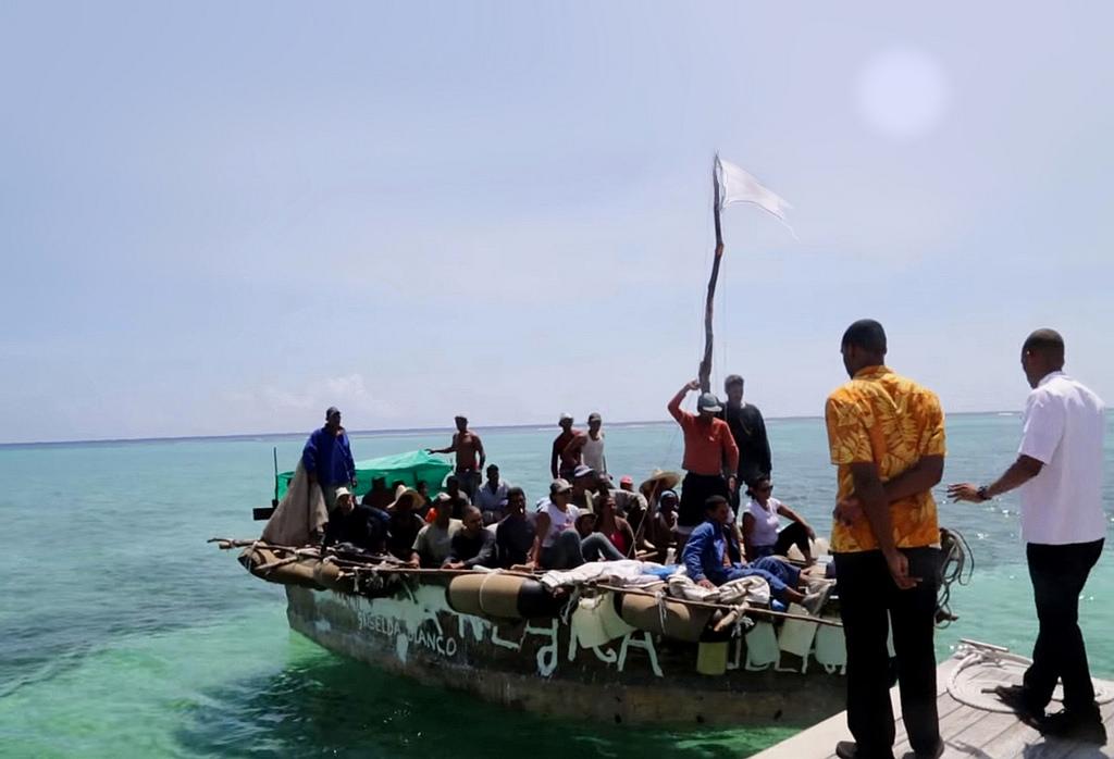 Estuvieron 10 días en una balsa de madera, cuando llegaron a las costas saltaron y nadaron hasta tierra.