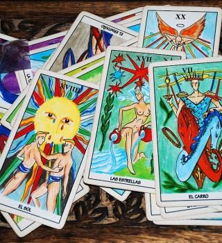 En estos tiempos de pandemia, cada vez más coloradenses recurren a la lectura del tarot