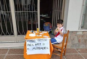Niño vende sus juguetes para poder ver la final de copa libertadores
