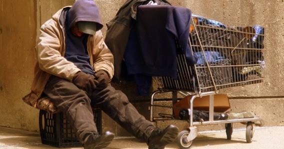 foto de archivo de un hombre sin hogar