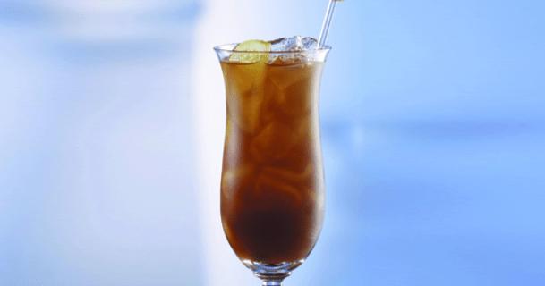 Bar dio a cliente una bebida mezclada con líquido de limpieza