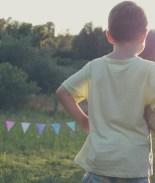 VIDEO: Le da 'un empujón' a su hijo para evitar un gol y se vuelve viral