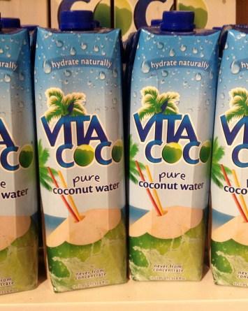 Video viral revela restos podridos dentro de un envase de agua de coco