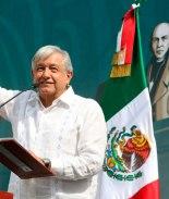 Con música romántica estrecha la mano del presidente de México