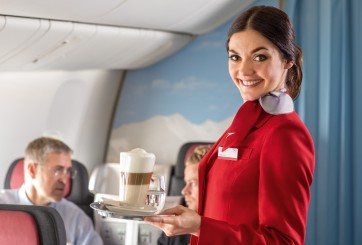 La asquerosa razón por la que no deberías beber café en un avión