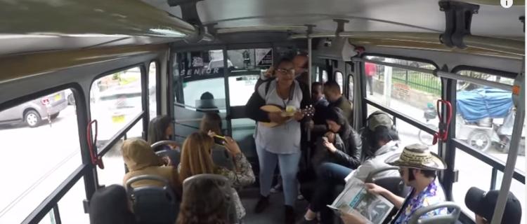 Emotiva y viral sorpresa a venezolana que canta en autobuses
