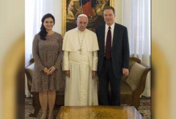 Greg Burke y Paloma Ovejero con papa Francisco
