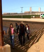CBP regresa a familia que aprovecha un hueco para cruzar la frontera