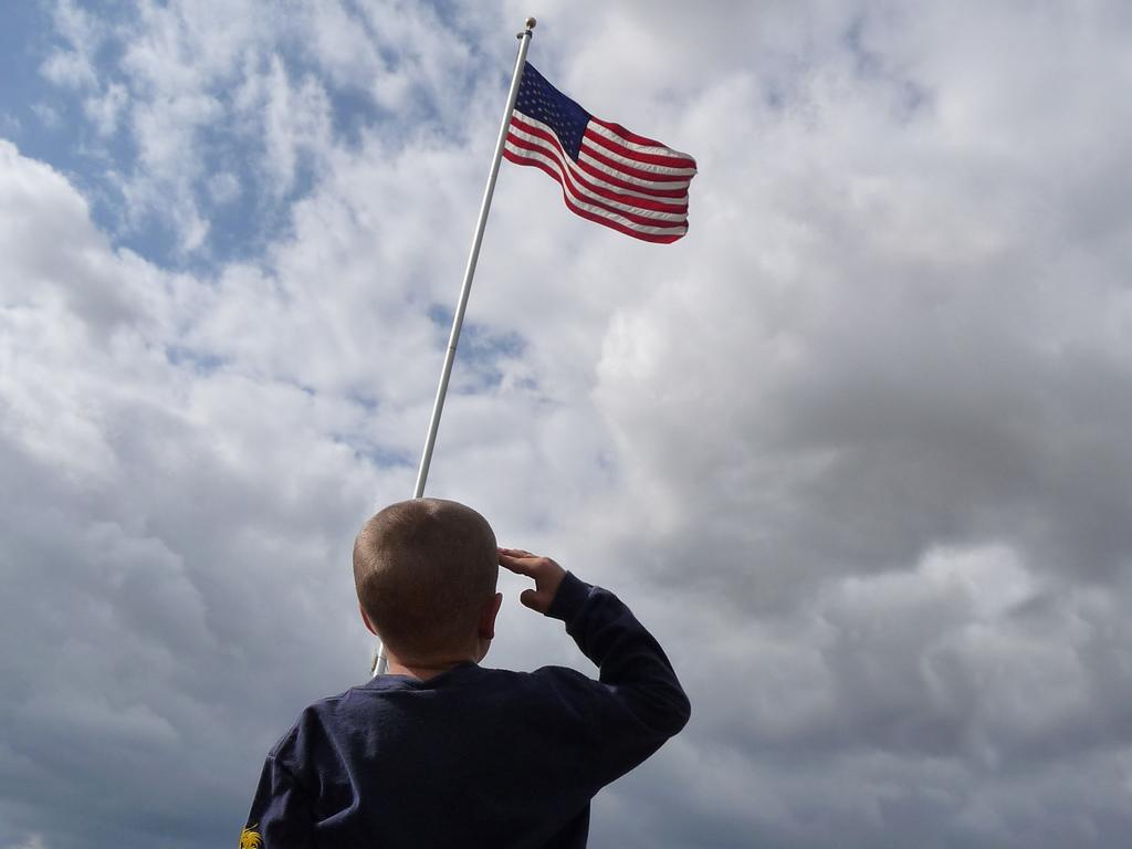 Propone que el juramento hacia la bandera debe de incluir lealtad y amor a la herencia indígena e inmigrante