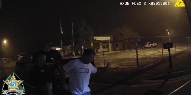 Hombre baila delante de policías mientras lo arrestan por DUI