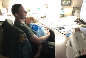 Agentes de CBP cuidan a bebé mientras su madre estaba hospitalizada