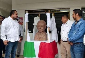 Quiso hacer escultura de Juárez y se burlan de su extraña apariencia