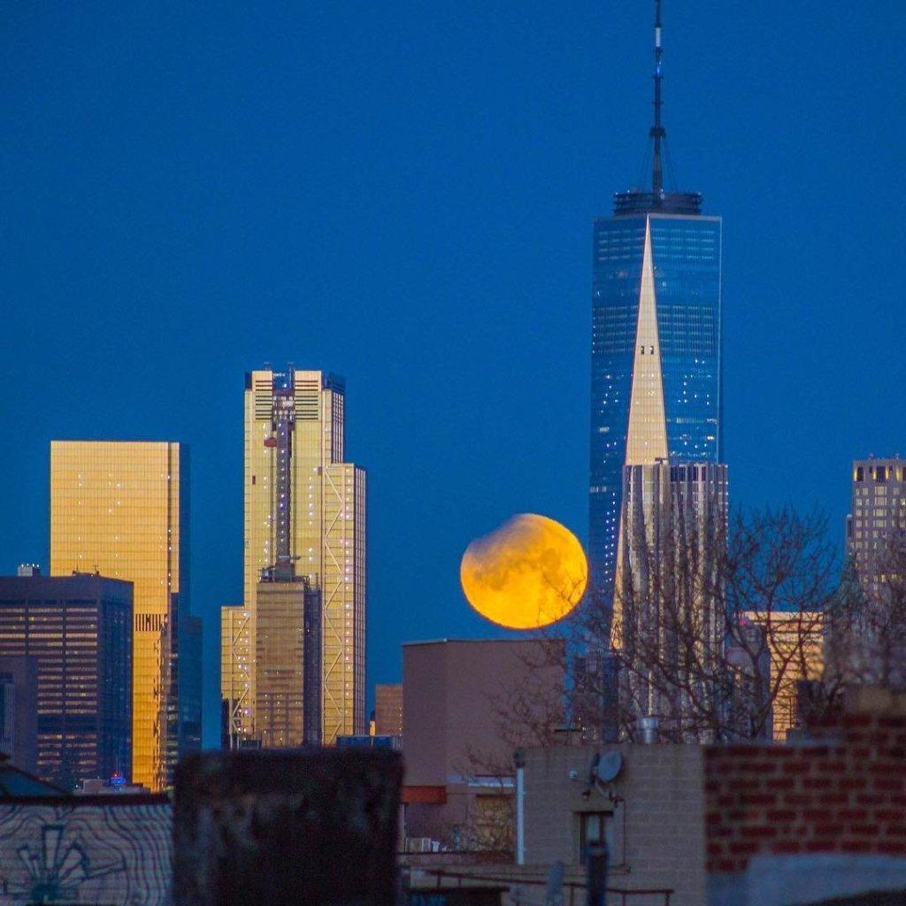 Superluna detrás del Word Trade Center