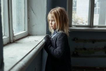 Asegura que la menor que adoptó es una adulta 'psicópata' con enanismo