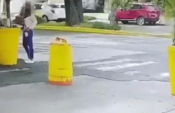 Revelan VIDEO de hombre que atropelló y apuñaló a muerte a su esposa
