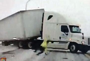 El viento y la nieve hacen patinar y caer a un policía