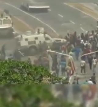 VIDEO: Así arrolló una tanqueta a manifestantes en Caracas
