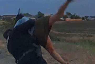Video muestra policía golpeando a mujer durante una parada de tránsito