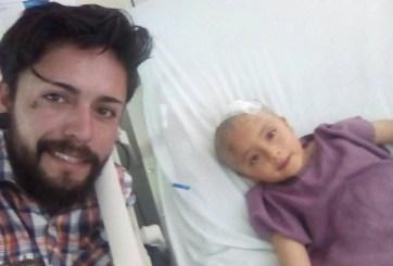 Ofrece tatuajes para pagar la operación de su hija de 6 años