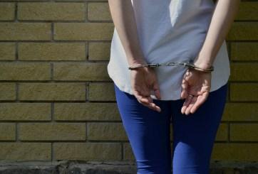Fue a entregar armas de su esposo abusivo a la policía y la arrestaron