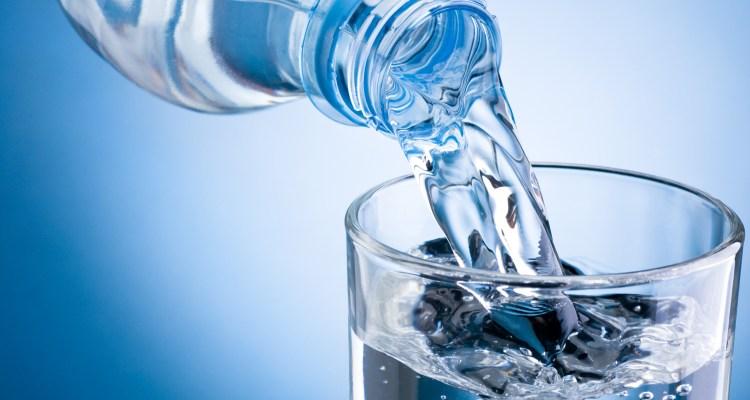 Encuentran peligroso químico en agua embotellada de Target y Walmart