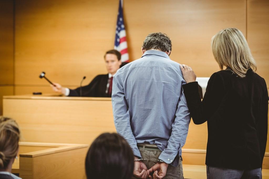 hombre en la corte