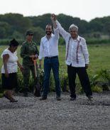 VIDEO: AMLO golpea en el rostro al presidente de El Salvador
