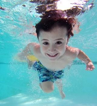 Consejos de seguridad en la piscina que salvarán la vida de tus hijos