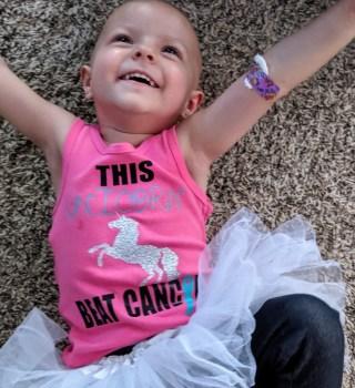 Niña de 2 años vence cáncer de ovario y su celebración se hace viral