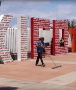 Dreamer deportado limpia gratis en la frontera de México y EE.UU.