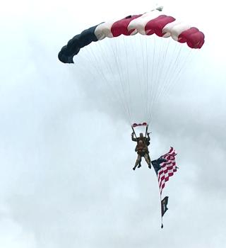Veterano de California de 97 años recreó salto en paracaídas del Día D