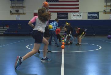 niños jugando dodgeball
