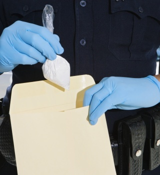 Oficial de Florida plantaba droga en los autos de gente inocente
