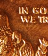 Escuelas en Dakota del Sur deberán poner mural de 'En Dios Confiamos'