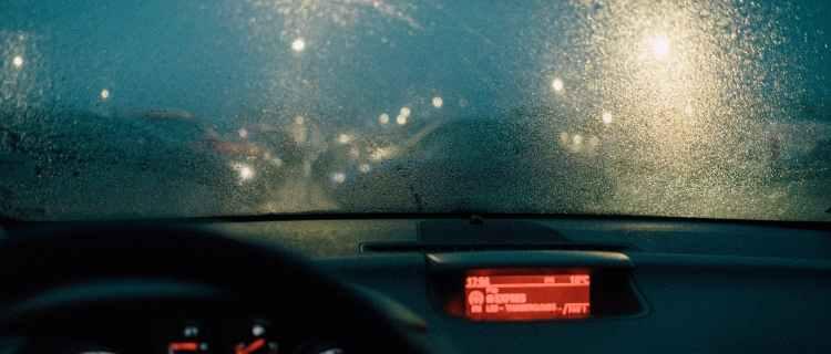Ilegal conducir con las luces de emergencia encendidas