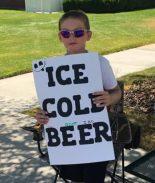 """FOTO:Niño simula vender """"cerveza helada"""" y es el nuevo rey del marketing"""