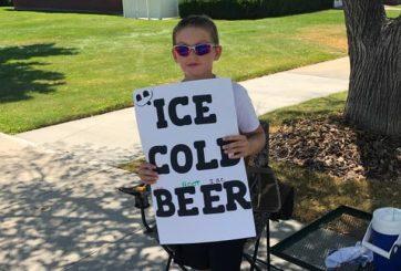 FOTO:Niño simula vender «cerveza helada» y es el nuevo rey del marketing